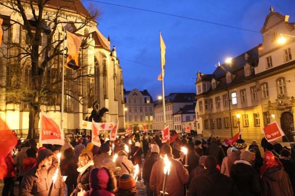 Das hat es in augsburg noch nie gegeben. Hunderte demonstrieren vor dem Dom und fordern eine klare Stellungsnahme des Bischofs.